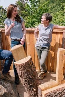 Auf einem weiterenBild zeigt sie sich in einem gestreiften Shirt mit Volants. Dazu trägt sie eine blaue Jeans und einen braunen Gürtel. Dass sich Kate in der Natur sehr wohl fühlt, bewies sie in den letzten Jahren immer wieder, fotografierte auch ihre Kinder oft im Garten.