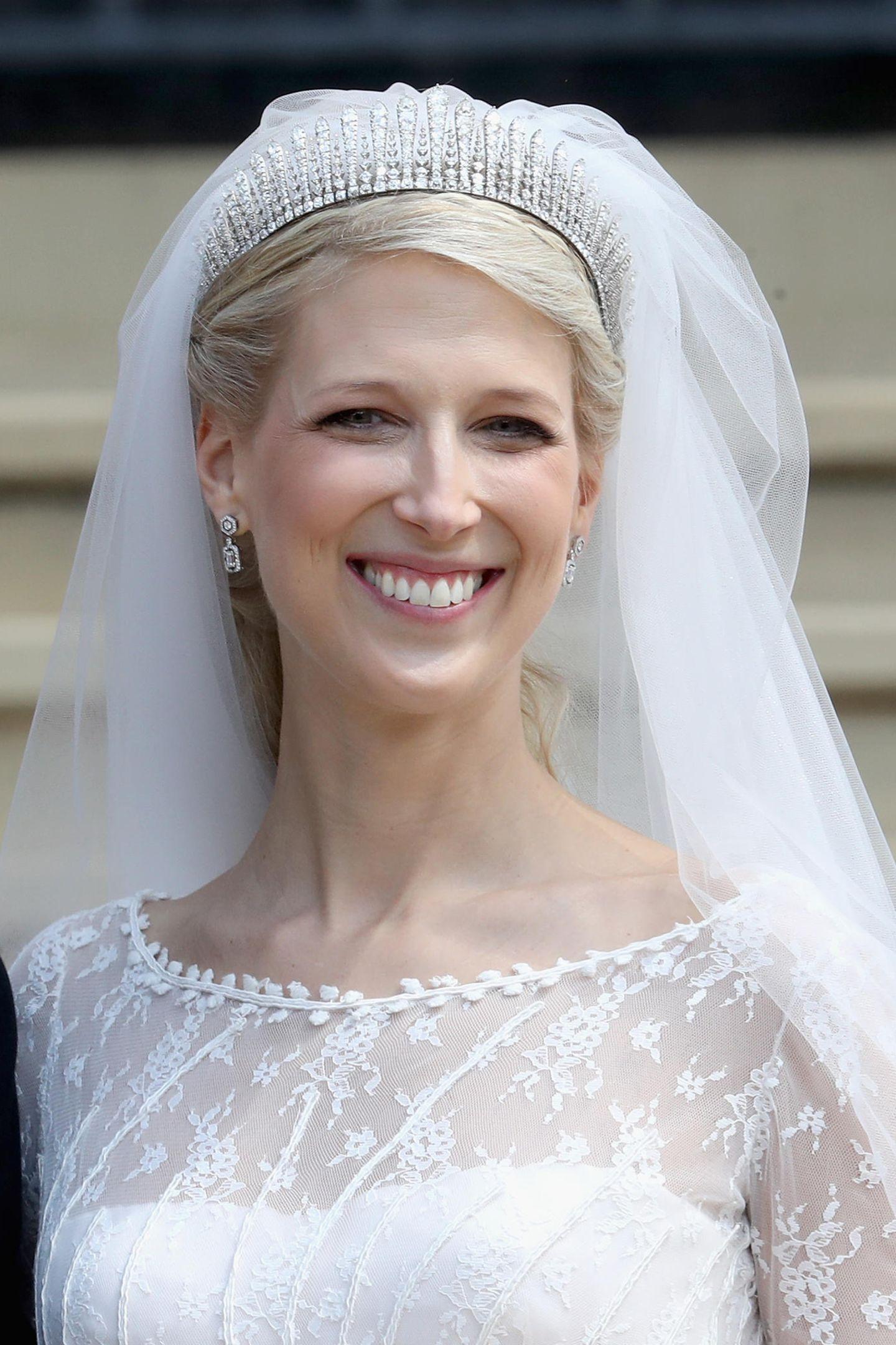 """Lady Gabriella Windsor hat ihrem Tom Kingston auf Schloss Windsor das Jawort gegeben. Zu einer maßgeschneiderten Robe von Luisa Beccaria trug sie die """"Kent City of London Fringe Tiara"""", die für die Braut von ganz besonderer Bedeutung ist."""