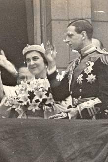 """Auch deren Mutter, Prinzessin Marina, trug an ihrem Hochzeitstag im Jahr 1934 einsehr ähnliches Diadem. Entgegen einiger Berichte handelt es sich hierbei jedoch um die """"Vladimir Fringe Tiara"""", ein Erbstück ihrer Mutter, der Großherzogin Vladimir. Der Stil ist jedoch der gleiche und Lady Gabriella führt so eine Familientradition fort."""