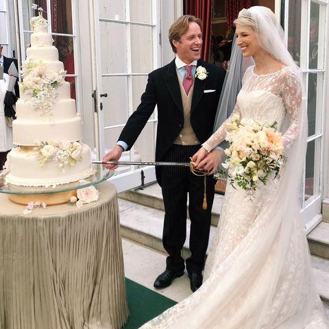 Flora Alexandra Ogilvy hält auf Instagram diesen schönen Moment fest: Das frisch vermählte Ehepaar schneidet beim Empfang die Hochzeitstorte an.