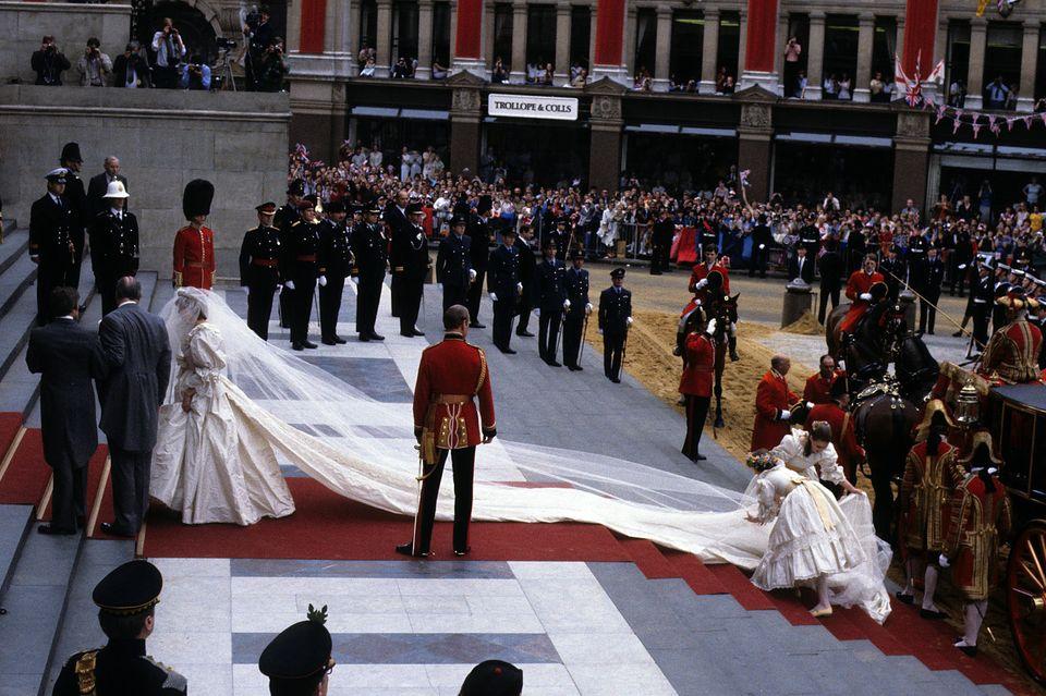 Lady Diana schreitet in ihrem Brautkleid von David Emanuel die Treppen zur St. Paul's Cathedral hoch.