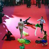 Diese Tänzer legen eine Performance auf dem roten Teppich hin.