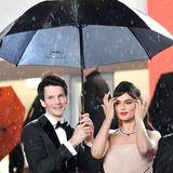 Regen in Cannes: Sabin Tambrea hält sich und seine Schauspielkollegin Catrinel Marlon trocken.