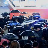 Das schlechte Wetter kann der guten Stimmung bei den Filmfestspielen in Cannes nichts anhaben.