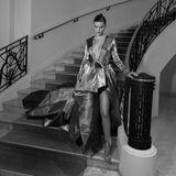 Was für ein glamouröser Auftritt:Isabeli Fontana schreitet in ihrer Abendrobe die Treppen des Martinez Hotels herab.