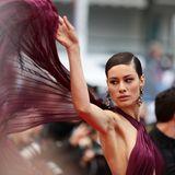 Bei ihrem Gang über den roten Teppich setzt Marica Pellegrinelli ihr Kleid spielerisch in Szene.