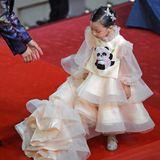 Dieser kleine Gast posiert wie die Großen in einem Abendkleid auf dem Red Carpet.