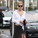 Das hat sich Toni Garrn sicherlich anders vorgestellt: In einem Minirock mit Fransen von Jaquemus und einer weißen, geknoteten Bluse schlendert sie durch die verregneten Straßen von Cannes.