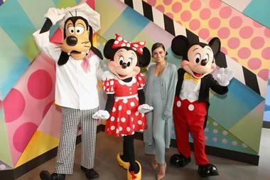 """18. Mai 2019  Gemeinsam mit Goofy, Minnie Maus und Micky Maus eröffnet Vanessa Hudgens das """"Black Tap Craft Burgers & Shakes""""-Restaurant in Anaheim."""