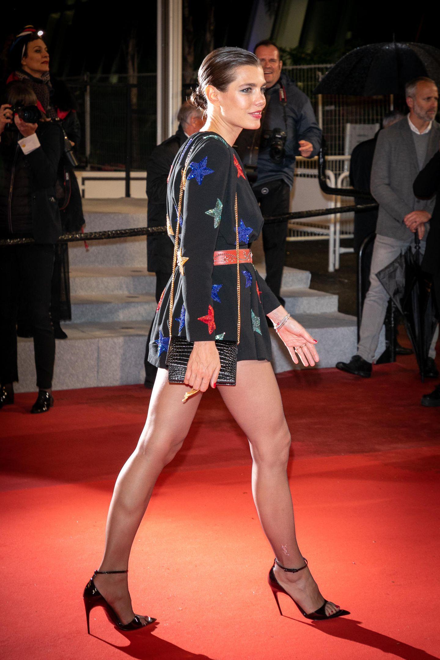 In großen Schritten schreitet Charlotte Casiraghi über den roten Teppich der Filmfestpiele in Cannes. In einem knappen Jumpsuit von Saint Laurent werden ihre langen schlanken Beine in Szene gesetzt.