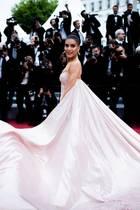 Platz da: Die ausladende Schleppe von Camila Coelhos Kleid nimmt einen Großteil des Roten Teppichs ein.