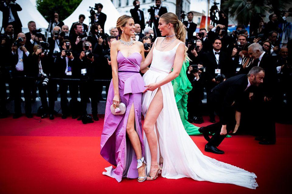 Freudiges Wiedersehen: Petra Němcováund Toni Garrn posieren gut gelaunt für die Fotografen.