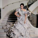 Huma Qureshi schreitet in einer traumhaften Robe die Stufen hinunter.