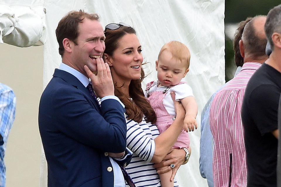 Schon 2014 trägt Prinz George die rot-weiß gestreifte Latzhose, dazu bequeme Lederschühchen und ein weißes T-Shirt.