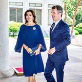 Im Rahmen ihrer Wirtschaftsreise in Südkorea bezaubert das dänische Kronprinzen-Paar in einem royalblauen Partnerlook. Prinzessin Mary in einem luftigen Sommerkleid mit Statement-Ärmeln und Prinz Frederik in einem farblich passenden Anzug.