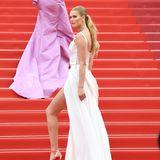 Als Toni Garrn die Stufen zum Filmpalast hochschreitet, entfaltet ihr Kleid vonUlyana Sergeenko seine ganze Schönheit. Die Schleppe fällt gar zauberhaft an ihrem Körper herunter.