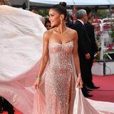 """Als Camila Coelho sich bei dem Screening von """"A Hidden Life"""" zeigt,sehen wir alles andere als rot. Der Red Carpet verschwindet nämlich komplett unter ihrem cremefarbenen Couture-Kleid."""