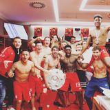 19. Mai 2019  Die Mannschaft des FC Bayern München feiert seine 29. deutsche Meisterschaft auch lautstark in der Kabine, und die Instagram-Fans von Torwart Manuel Neuer können sich über viele gestählte Sixpacks freuen. Herzlichen Glückwunsch!