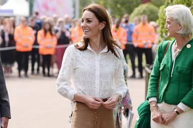Praktisch und modisch in Einem: Herzogin Catherine eröffnet die Chelsea Flower Show in London und trägt dabei den perfekten Look. Statt im Kleid, erscheint sie in einer sportlichen Culotte und Sneakers. Wie beweglich sie in der weiten Hose ist, stellt sie auch gleich unter Beweis...