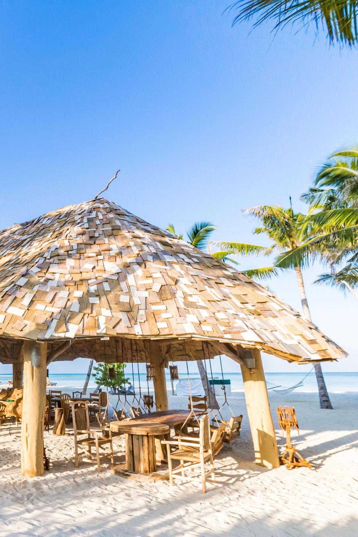"""Paradies unter PalmenAuf zwei Etagenerwartet die Gäste des Soneva Jani Resorts einà-la-Carte-Restaurant inklusiveBar mit Traumblick. Verschiedenste Krabbensorten werden frisch zubereitet und begeistern die ganze Familie. """"The Crab Shack"""" imSoneva Jani, Malediven"""