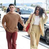 Im legeren Pärchen-Look laufen Priyanka Chopra und Nick Jonas durch Cannes. Sie setzen komplett aus gedeckte Erdtöne.