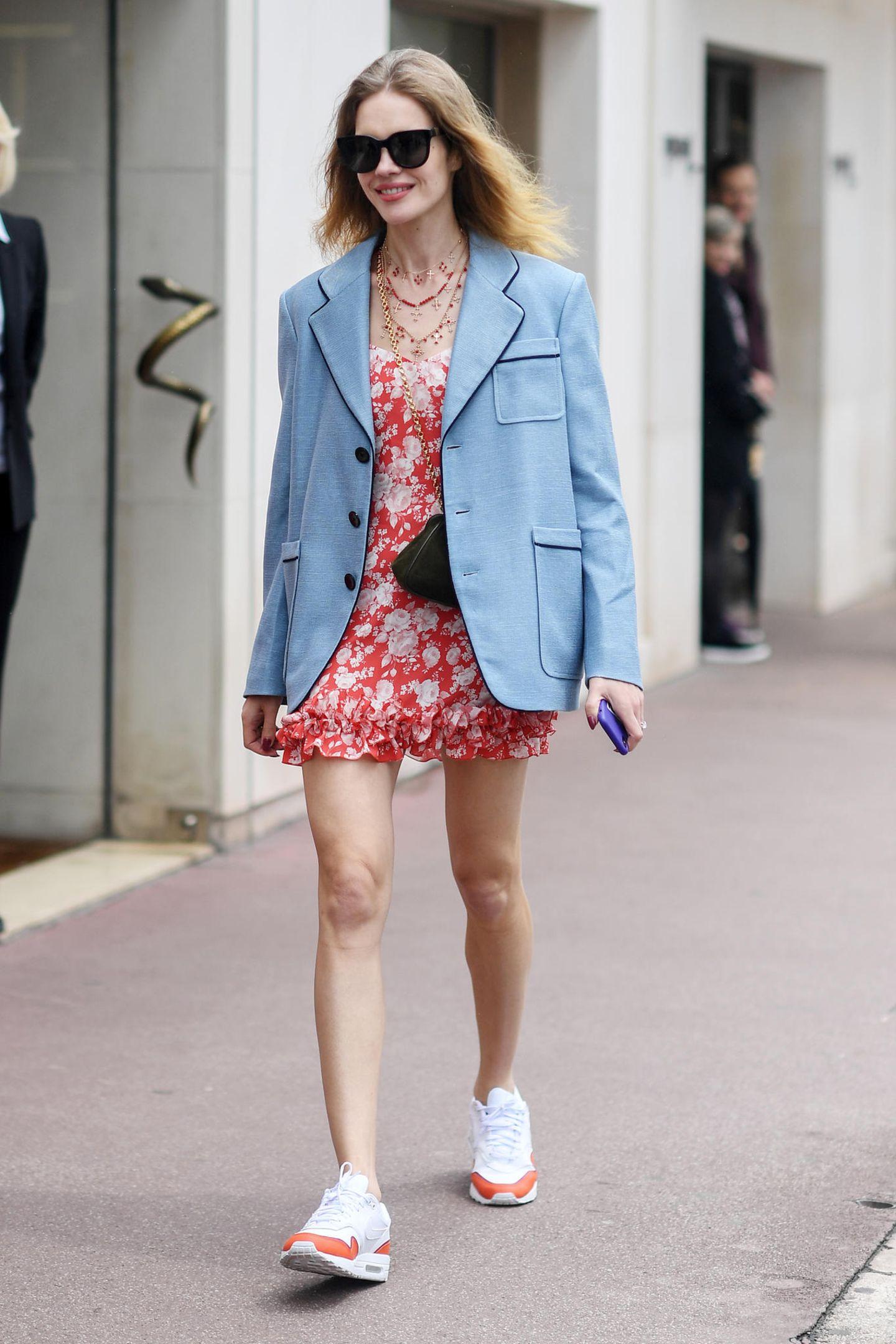 Natalia Vodianova mixt Business mit Coolness und Romantik. Über ihr Blümchenkleid zieht sie einen Blazer an und schlüpft dazu in Sneaker.