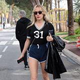 Chloë Sevigny liebt es fern vom roten Teppich bequem. Im sportlich luftigen Look zieht sie durch Cannes' Straßen. Nur auf ihre hohen Schuhe möchte sie auch hier nicht verzichten.