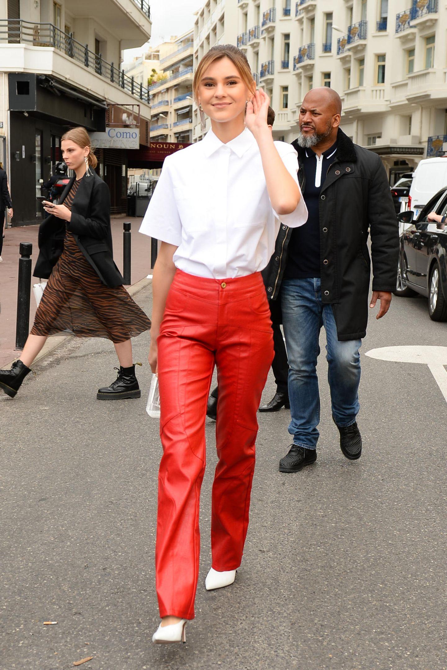 Zur weißen Bluse muss bei Stefanie Giesinger ein starker Kontrast her. Sie bricht den Schulmädchen-Look mit einer knallroten Lederhose.