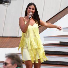 """Im ZDF-Fernsehgarten (19. Mai) performt Sarah Lombardi ihre neue Single """"Weekend"""" in einem sonnengelben Fransenkleid. Wie gewohnt gab die Sängerin auf der Bühne Vollgas und ihr luftiges Blumenkleid wird ihr beinahe zum Verhängnis ..."""