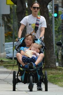 Bei einem Spaziergangscheint sich der Siebenjährige lieber von seiner Mutter schieben zu lassen und hüpft kurzerhand in den Kinderwagen von Schwesterchen Amalia. Zusammengequetscht lassen sich die Geschwister von Mama Nataliedurch die Straßen von Los Angeles kutschieren - für die Schauspielerin absolut kein Problem.