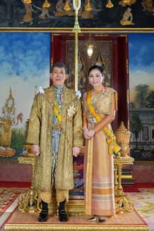 20. Mai 2019  Gut zwei Wochen nach der Krönung von König Maha Vajiralongkorngibt das Bureau of the Royal Household offizielle Fotos des neuen Königspaars heraus.