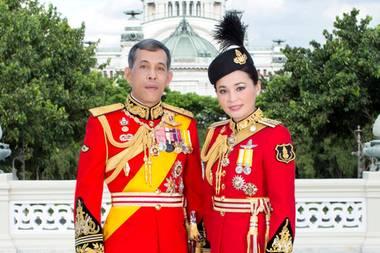 20.Mai 2019  In passenden Uniformen sehen König Maha und König Suthida aus wie aus dem Bilderbuch.