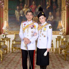 20. Mai 2019  Das Gleiche gilt für Aufnahmen von König Maha und Königin Suthida in weißen Uniformen, aufgenommen im Königspalast in Bangkok