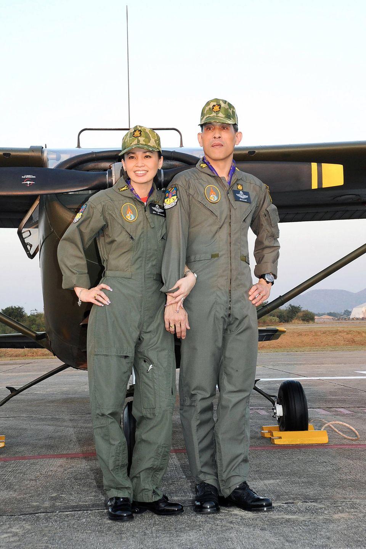 20. Mai 2019  Sogar im Fliegeroverall macht das thailändische Königspaar eine ausgezeichnete Figur.