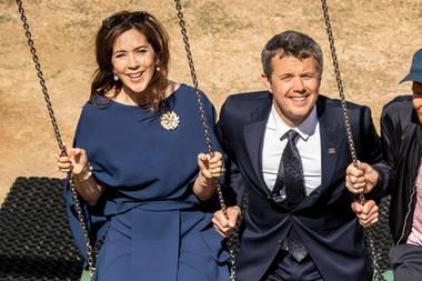 Wir zwei schaukeln das schon, denken sich Mary und Frederik vielleicht, als sie nebeneinander auf einer Schaukel Platz nehmen.