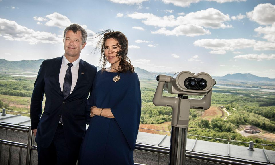 Frederik und Mary posieren vor der Landschaft für ein Foto.