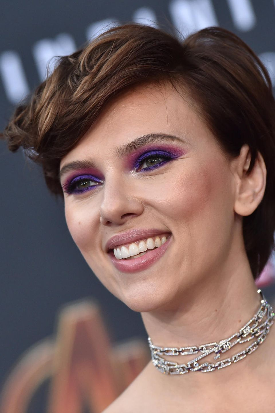 Scarlett Johansson mit brünettem Pixie-Cut