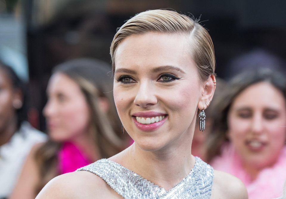 Eigentlich istScarlett Johansson meistens blond unterwegs. Am Abend nutzt sie den Sleek-Look, um sich für feierliche Anlässe zu stylen.