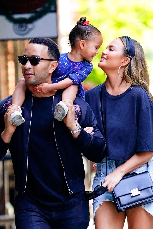 19. Mai 2019  Chrissy Teigen versucht immer wieder, ihrer süßen Tochter Luna während des Spazierganges ein Küsschen zu geben- und der scheint das Spielchen ziemlich viel Spaß zu machen: Immer wieder beugt sich die Kleine lachend zu ihrer Mama hinunter.