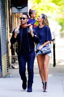 19. Mai 2019  Familienausflug: John Legend und Chrissy Teigen machen gemeinsam mit Töchterchen Luna einen entspannten Frühlingsspaziergang. Während Papa John seine Tochter auf den Schultern trägt, hat seine Ehefrau nur ein Ziel ...