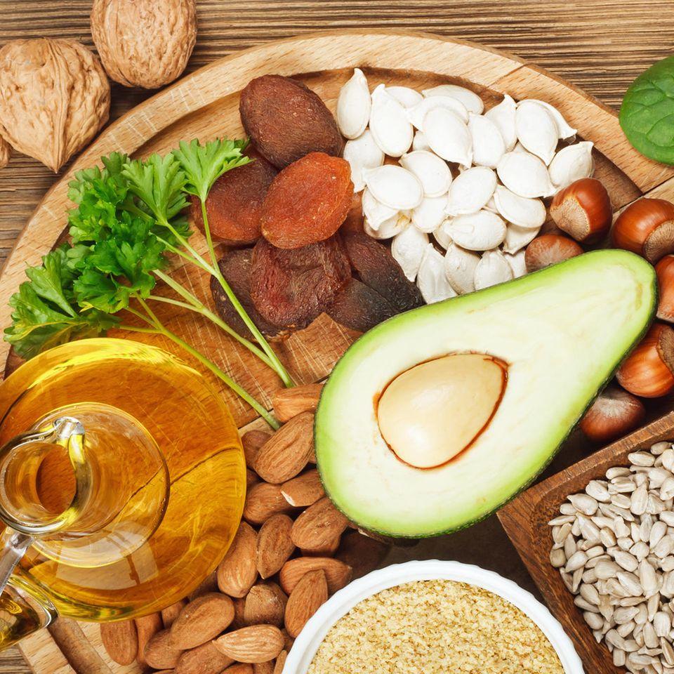 Vitamin E wirkt zellschützend und stärkt als natürliches Antioxidans Ihre Abwehrkräfte. Es findet sich unter anderem in Himbeeren, Sonnenblumenkernen, Mandeln, Hasel- und Walnüssen, Sonnenblumen- und Distelöl.