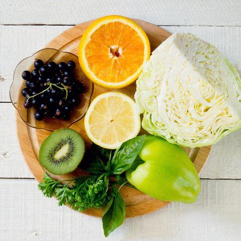 Vitamin C bezieht der Körper zum Beispiel aus Spinat, Rosenkohl, Grünkohl, Brokkoli, Paprika, Fenchel und Zitrusfrüchten.