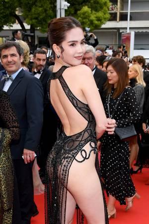 Ganz besonders der nur spärlich bedeckte Po der Asiatin passt nicht zu dem sonst so exklusiven Red Carpet. Das Kleid war definitiv ein Fehlgriff.