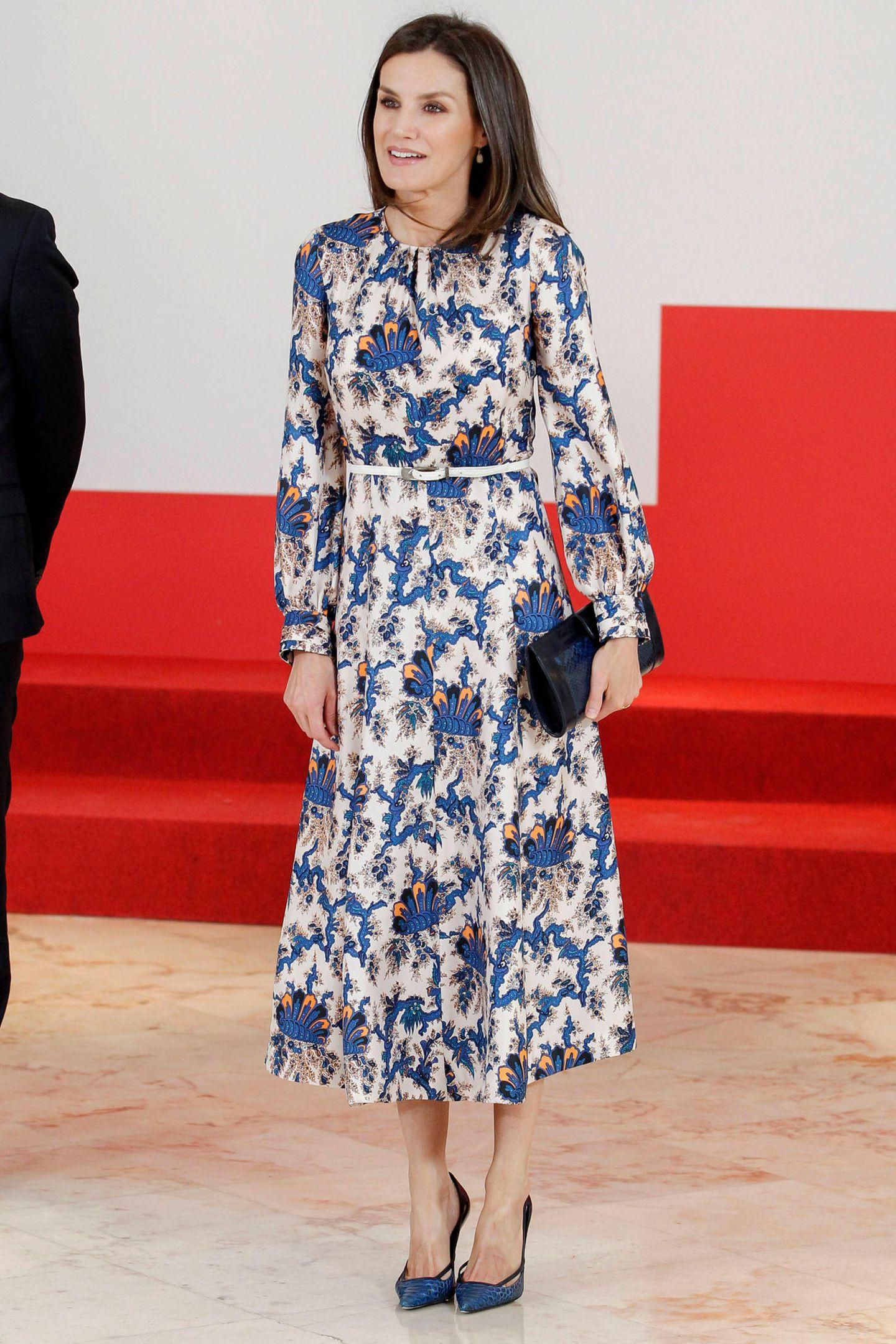 In einem gemusterten Midi-Kleid verzaubert Königin Letizia bei der Verleihung der XI. Preise für Sozialprojekte der Bank Santander in Madrid. Doch dieses hübsche Kleid des Labels Sandro kommt uns bekannt vor ...