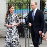 """Große Aufregung: Herzogin Catherine empfängt die Queen in ihrem """"Zurück in die Natur""""-Garten im Rahmen der Chelsea Flower Show. Dem Anlass entsprechend wählt Kate ein traumhaftes Blumenkleid in Midilänge des Labels Erdem. Doch über ihre Schuhwahl dürfte die Queen not amused sein ...."""