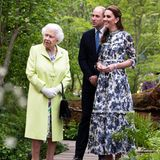 Catherine trägt nämlich Wedges zu ihrem Designerkleid. Solche Schuhe mit einem durchgehenden Korkabsatz darf Kate in Anwesenheit der Queen bei öffentlichen Auftritten eigentlich nicht tragen. Doch die charmante Frau von Prinz William weiß die Queen gekonnt abzulenken.