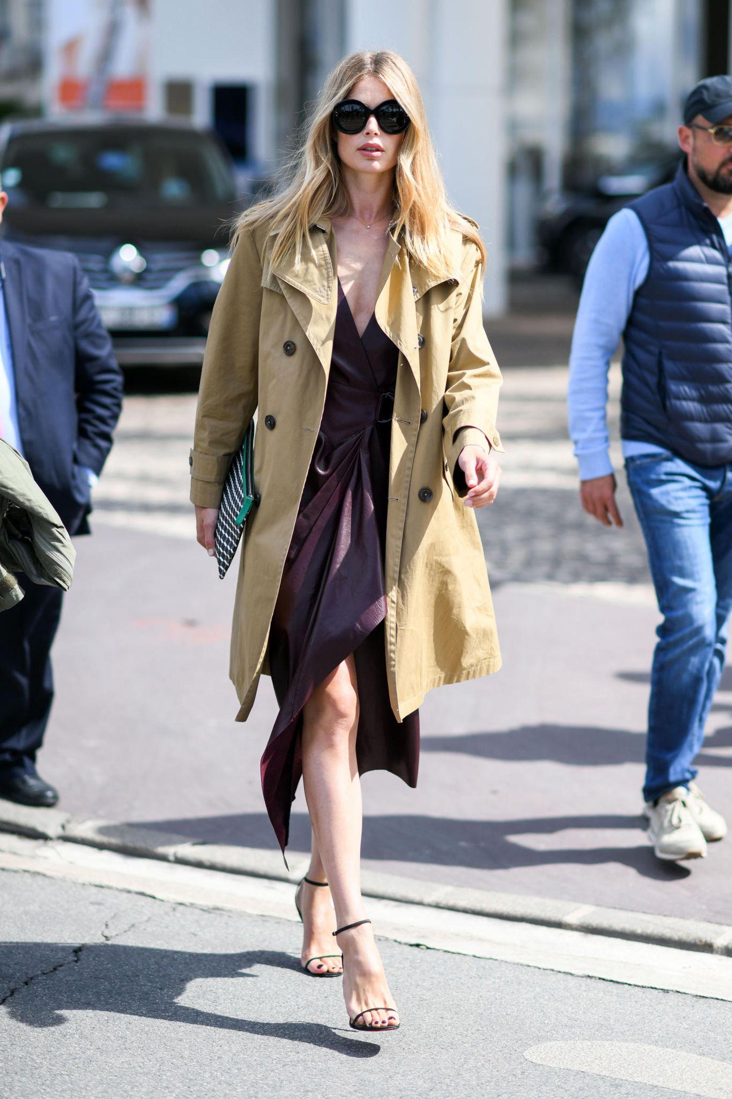 Doutzen Kroes verzichtet auch fernab des roten Teppichs nicht auf schicke High Heels und kombiniert sie zu einem Lederkleid in edlem Burgund, als sie durch Cannes Straßen spaziert. Ein beigefarbener Trenchcoat und eine schwarze, große Sonnenbrille runden den Look der 34-Jährigen perfekt ab.
