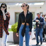 Der Street-Style von Josephine Skriver kann sich sehen lassen: Das Victoria's-Secret-Model trägt eine klassische Blue-Jeans, die sie zu schwarzen Pumps kombiniert. Den gewissen Hauch an Sexyness bekommt ihr Look durch eine weit ausgeschnittene Bluse, die Josephine lässig vor ihrem Bauch hochgebunden hat.