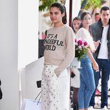 """Wenn sie nicht gerade in Glamour-Roben über den Red Carpet schreitet, liebt es Sara Sampaio bequem: Vor ihrem Hotel in Cannes erwischen sie Paparazzi in einer weiten, weißen Jeans und mit Sneakern an den Füßen. Das Motto das Tages trägt sie als Mantra auf ihrem Pullover: """"Die Welt ist wunderbar."""""""