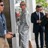 XL-Metallic-Mantel, hellblauer Pulli, weiße Skinny-Jeans und Lack-Heels – Karolína Kurková weiß, wieder Cannes-Style funktioniert.